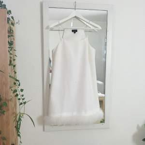 Världens finaste klänning från topshop men som aldrig kommit till användning. Perfekt för student 😭 Helt i nyskick bortsett från en gulaktig fläck, tror inte det är någonting permanent men skriv om du är intresserad så skickar jag bättre bilder!