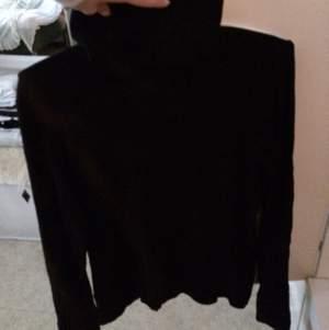En långärmad polo tröja (hög krage) i svart färg från Lindex! Står storlek 42/44 men passar alla storlekar beroende på hur man vill att den ska sitta.  Pris exklusive frakt, kan även mötas upp. Skriv om ni har funderingar eller vill ha fler bilder :)