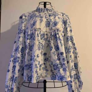 NEW Beautiful floral blouse with embroidery Size S NEW, with tags