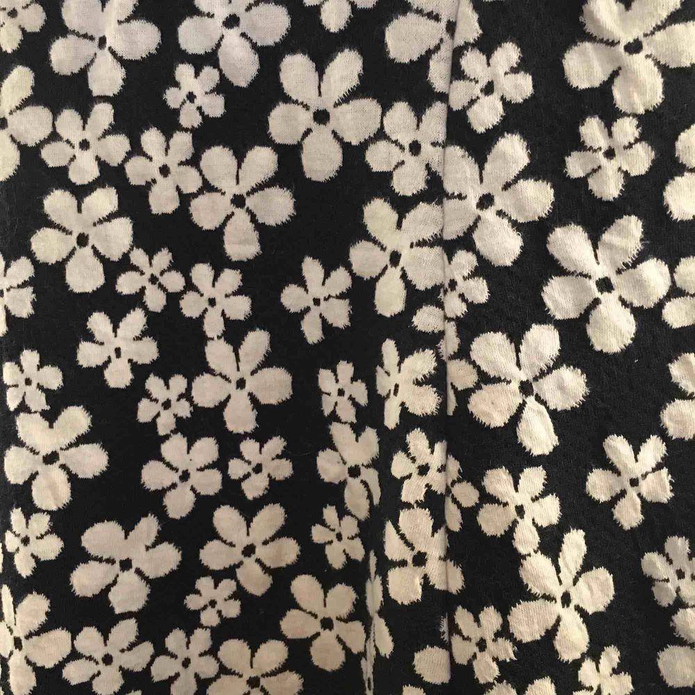 Mörkblå klänning med härligt blom-mönster. Obs är liten i storleken och kort!. Klänningar.