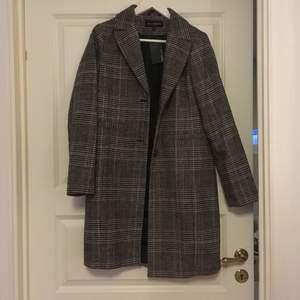 Rutig kappa från kappahl. Knappt använd endast för att jag har använt andra kappor mer denna höst! 36% ull. Frakt ingår i priset