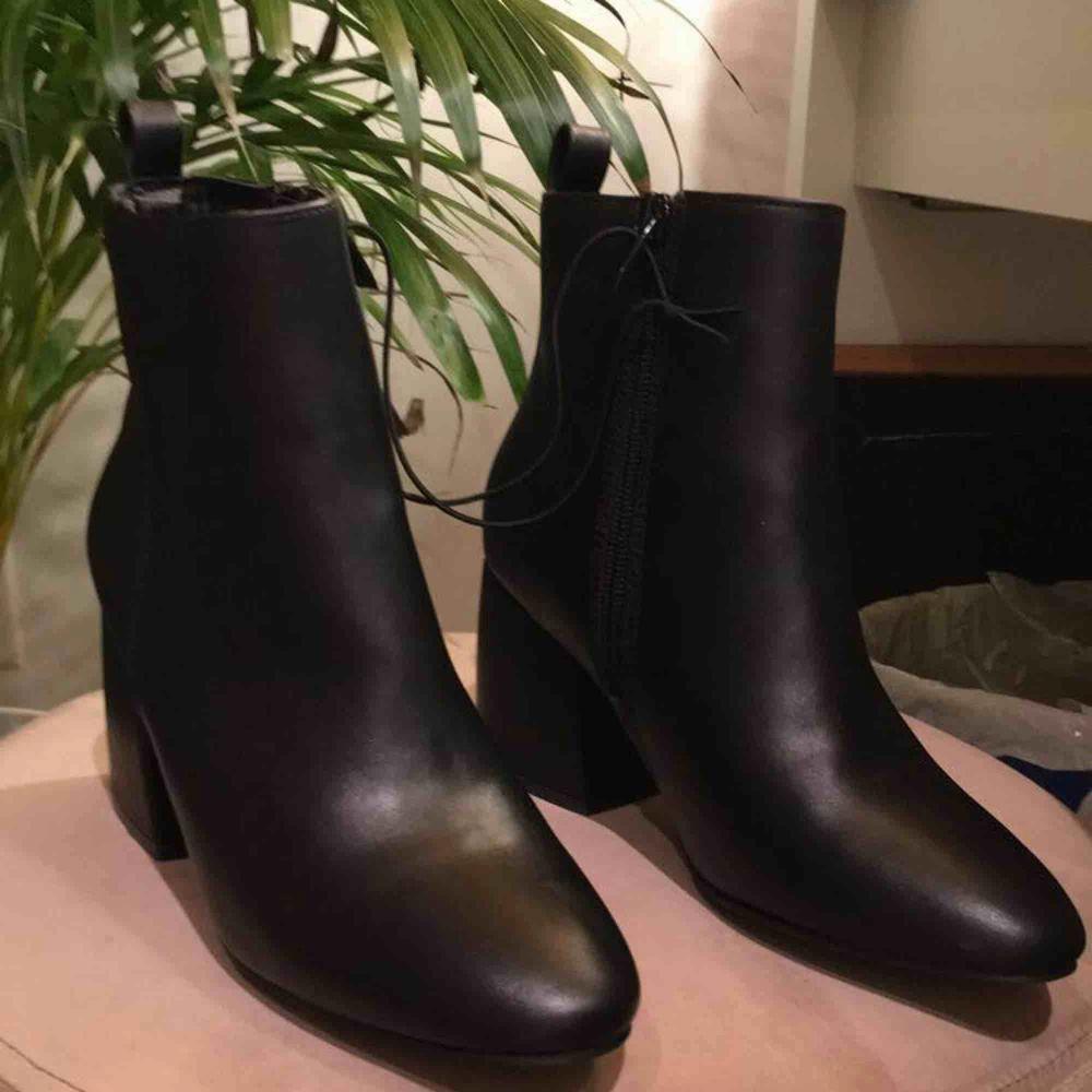 Helt ny & oanvänd block heels i imations läder! Köpta på skopunkten! Säljs då jag har köpt ett par nya liknande! . Skor.