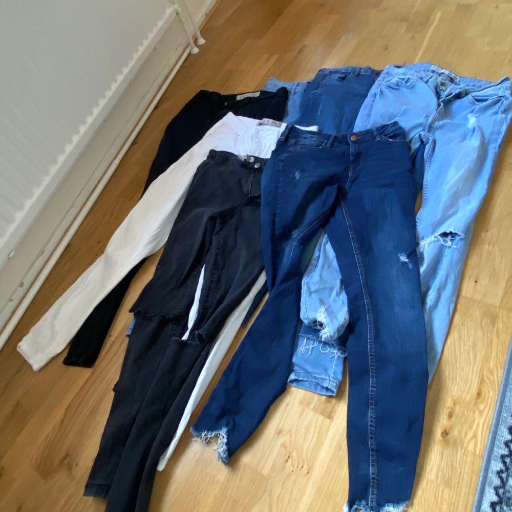 Säljar 7 olika jeans alla i Storlek 38, den ena (längst til höger ljusblå) är Storlek 40. Säljar för 100kr per byxa, eller 500kr för alla😊  . Jeans & Byxor.