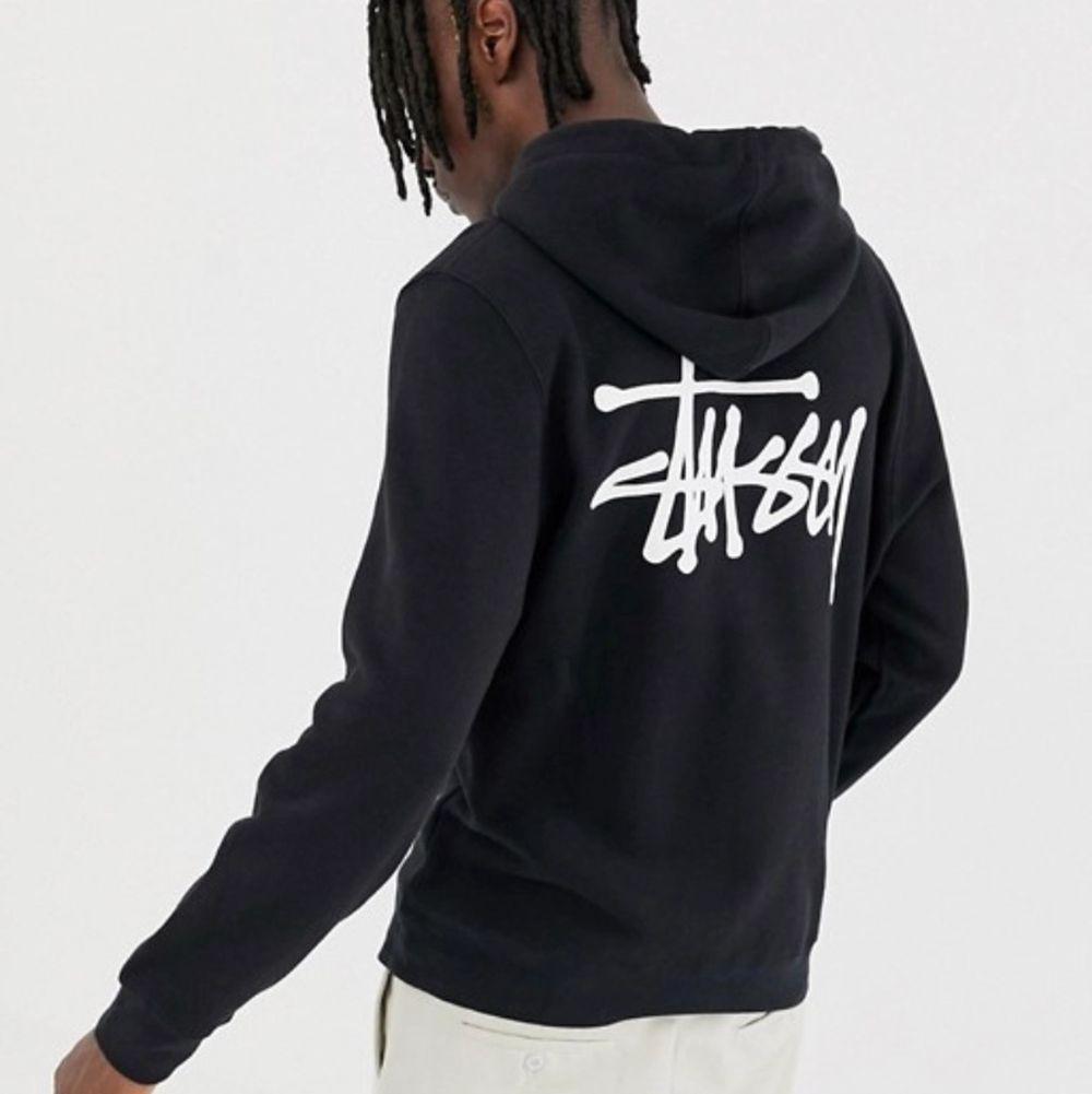Svart stussy hoodie med mörkgrått tryck! Ser gråaktig ut på bilden, men är svart i verkligheten! Använd ca 5 gånger. Bra kvalité och perfekt nu till hösten. Är inte min stil längre, säljer därför vidare! Skriv vid frågar och/eller fler bilder. 🥰. Huvtröjor & Träningströjor.