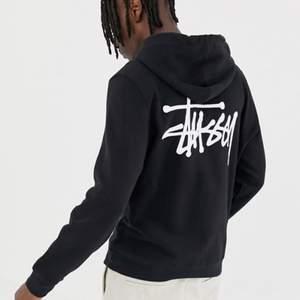 Svart stussy hoodie med mörkgrått tryck! Ser gråaktig ut på bilden, men är svart i verkligheten! Använd ca 5 gånger. Bra kvalité och perfekt nu till hösten. Är inte min stil längre, säljer därför vidare! Skriv vid frågar och/eller fler bilder. 🥰