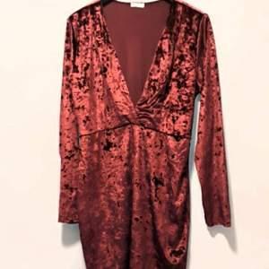 Supersnyggt klänning från Nelly. Köpte den förra året men användes bara en gång. Stolek L/XL