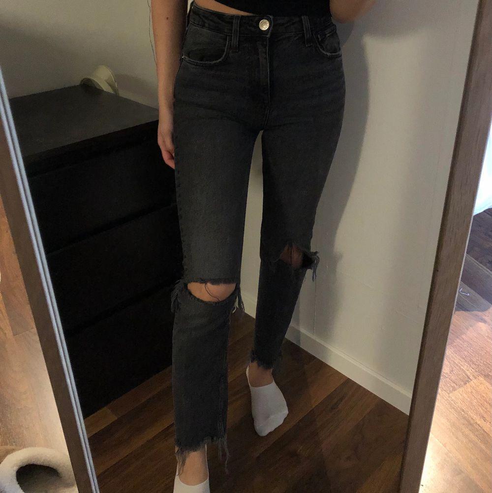 Jättesnygga jeans från Zara! Säljer pga att de inte kommer till användning tyvärr. Jag på bilden är 160 cm. Möts upp i Göteborg, annars står köpare för frakten🤍. Jeans & Byxor.