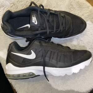 Helt oanvända, snygga NikeAir joggingskor. Storlek 44. Kommer i sin nya kartong!! Köpta för 999kr men jag säljer de för halva priset.
