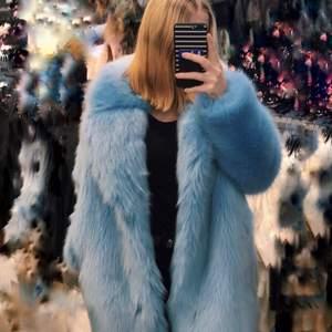 Supercool blå pälsjacka!!💙💙 köptes på HM för ett par år sedan, säljs inte i Sverige längre. Nypris ca 900. Storlek 38. Köparen står för frakt. Kan även hämtas i Uppsala 🥰