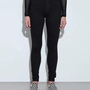 Säljer dessa jeans från dr denim fast vida modellen. Storlek XS men mer en S. 120 kr eller fraktar