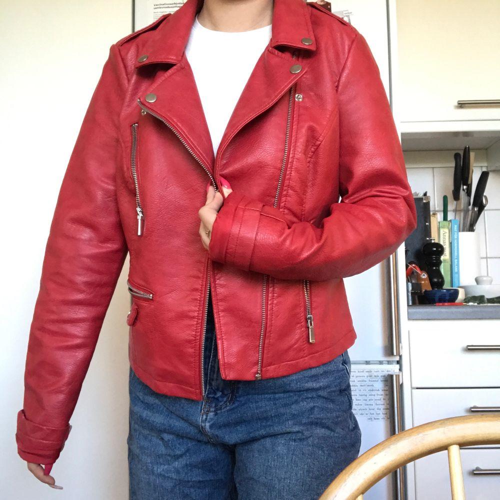 Skitsnygg röd skinnjacka som är bra nu till hösten!! Storlek 36 och sitter lite oversized på mig som är storlek XS/S vanligtvis!!! Väldigt bra skick! ❤️❤️🌹🌹🍄. Jackor.