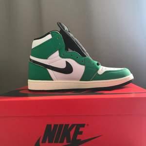Air Jordan 1 High og lucky green i size 40 , aldrig andvända pris 2600 kan diskutera pris vid snabb affär mvh.    Obs sov ej på denna