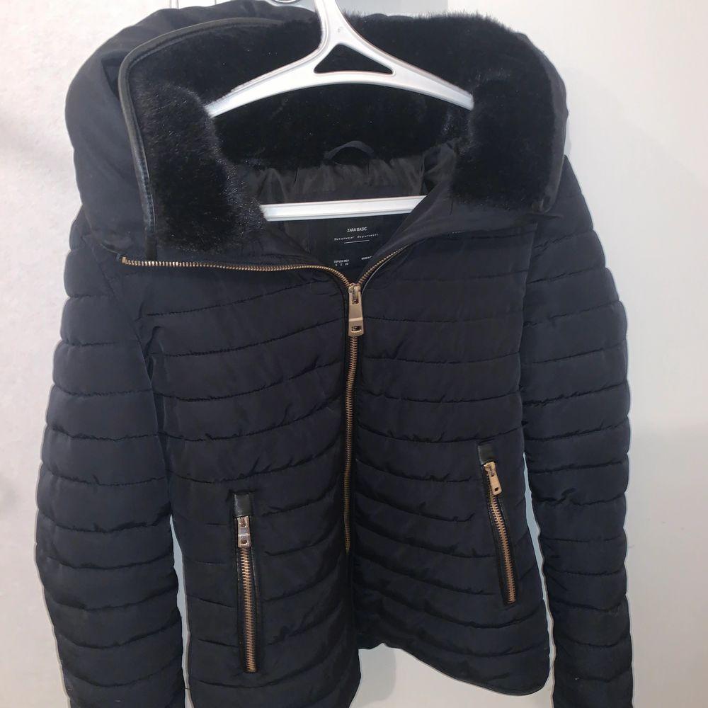 Säljer nu min fina Zara jacka i st Xs! Väldigt bra skick och är aldrig använd (helt som ny), Finns ej kvar i butik eller hemsida . Jackor.
