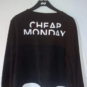 Tshirt från Cheap Monday. Trycket är på ryggen och framsidan är helt svart. Plagget är i fint skick. ✨