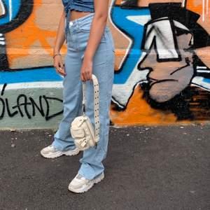 Jeans från madlady fin färg o storlek 34 men sitter super som 36. Knappt använda (köpta i sommras)  säljer pga att de ej används🥰 skriv vid intresse