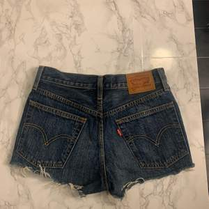 Hej, jag säljer mina Levis short då dom inte passar mig längre. Dom är hyfsat oanvända och bara legat i min garderob, köpt för 500kr. Hör av dig vid frågor och intresse.
