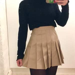 Tenniskjol från American Apparel. Säljer pga lite för stor, så den är som ny och använd endast fåtal gånger. Storlek XS och 66 cm i midja.