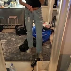 Ett par helt oanvända jeans från mango, tyvärr för stora på mig så skulle säga de sitter mycket bättre på än va de gör på just bilden!