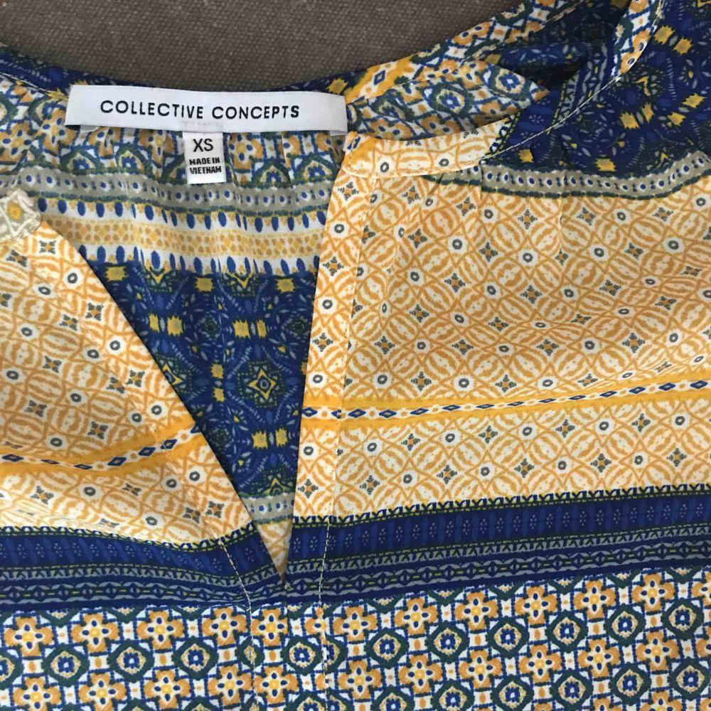 Luftig blus i etno-mönster. Snygg till vita eller blå jeans! Nyskick. Inköpt i USA.. Blusar.