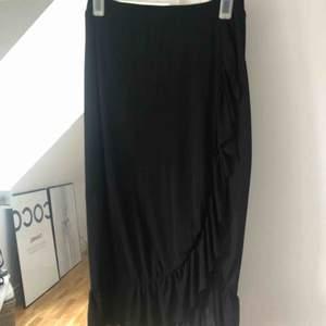 Trendig lång kjol med volang och slits, använd endast en gång och säljes pga att det inte riktigt är min stil Storleken är XS men skulle säga att den passar S och M okså Nypris 599kr