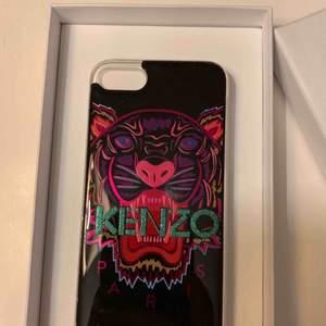 Jätte fint KENZO skall för iPhone 6 7 och 8. En liten bit av plasten på skalet har gått av, men absolut inget som syns.