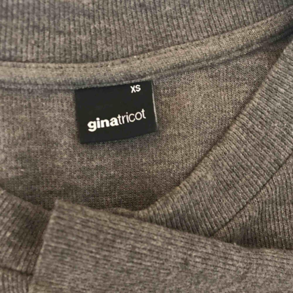 Säljer en jättesöt tröja som är använd fåtal gånger!! Den är grå och har vida ärmar vilket är så jävla snyggt! Vi kan säkert dela på priset för frakten!💓. Tröjor & Koftor.