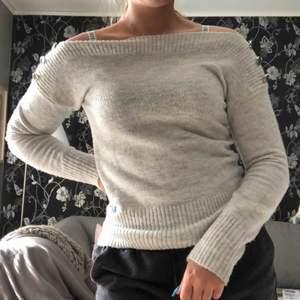 Grå stickad tröja som jag köpte i London. Säljer pga ej min stil längre. Köpare står för frakt