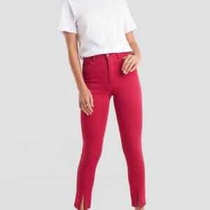 Röda snygga jeans från Nakd. Säljer pga för små och jag är vanligtvis en 38 i jeans. Köpare står för frakt