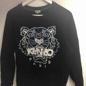 Snygg, basic Kenzo tröja i strl S. Den är givetvis äkta men har tyvärr inte kvittot kvar.  Köpt på kenzos egna hemsida. Nypris 2000kr