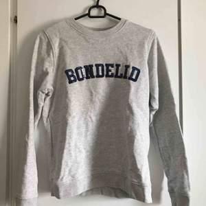 Grå tröja från Bondelid. Använd fåtal gånger och i fint skick. Säljs pågrund av att det är inget som jag använder.   Köparen står för frakten. Kan även mötas upp i Karlskrona.