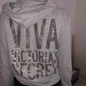Snygg grå huvtröja från Victoria Secret i storlek m men sitter mer som en s. Tröjan är inte sliten och i bra skick.