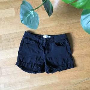 Svarta shorts från PIECES.