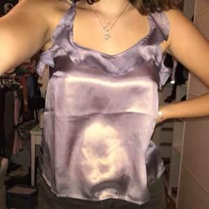 Superfint linne/ blus som är lila skimmerigt. Aldrig använt mer än att prova den så den e i nyskick:)