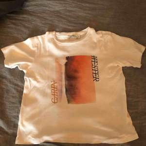 En jättefin vit t shirt med tryck från Carin Wester! Köpt för 200.