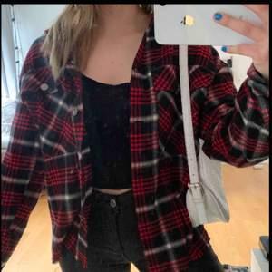 Röd svart vit rutig jacka/kofta ifrån Zara. Använd 1 gång endast, storlek XS