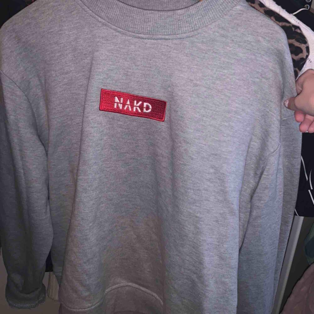 Supersnygg och skön NAKD sweatshirt i perfekt oversize modell😍 Skriv för fler bilder eller frågor!. Huvtröjor & Träningströjor.