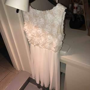 Vit klänning med blommönster upptill , köpare står för frakt :)