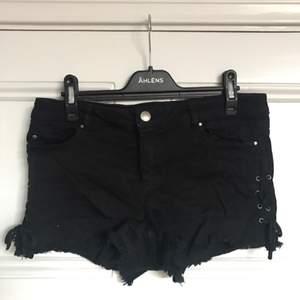 Shorts från Zara, står medium men skulle mer säga small. Betalning sker via swish och köparen står för frakten. Kan mötas upp i Stockholm.
