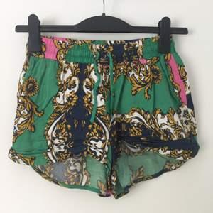 Mönstrande shorts i tunt skönt material. Väldigt fina, kan användas både som högmidjade och lågmidjade shorts.