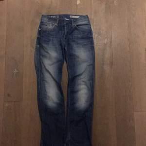 Jeans från Tommy Hilfiger. Storlek W30/L32. Väl använda, se sista bilden för slitningen i hälen. Kan skickas eller mötas i Stockholm.