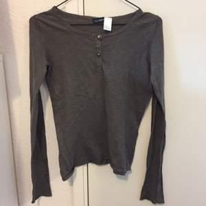 Mörkgrå långärmad från tröja från Laredoute med 4 knappar där fram, aldrig använd. Frakt inräknat i priset.