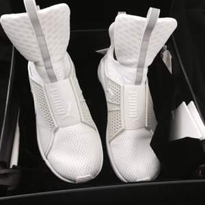 Hej people!  Säljer nu mina vita limited edition fenty by Rihanna trainers som är använda ett fåtal gånger. Originalpriset låg på 1799 kr.