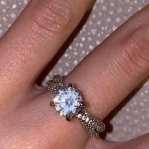 Säljer min silverring som jag fick som en present eftersom den är lite stor på min finger