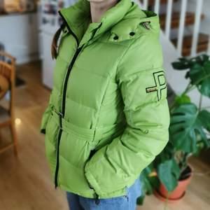 Säljer en riktigt skön jacka som är bra nu till vintern, men även våren. Storlek M. Kom och hämta i Kullavik eller så skickar jag, om du betalar frakten✌️