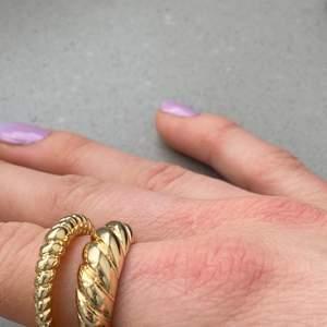Underbar ring i guldimitation. Finns begränsat antal i stl 7, vilket motsvarar S/M. Frakten ingår ✨ Se gärna de andra annonserna, vid köp av fler ringar får ni paketpris 🤍🤩