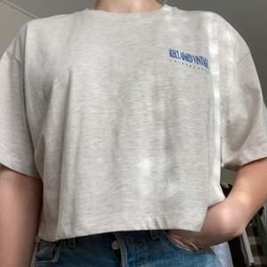 Oversize kort tshirt från reclaimed vintage i nyskick. Aldrig använd och säljes därför. Fraktas spårbart