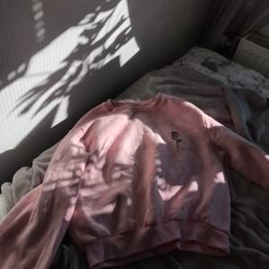 Jag säljer nu min rosa sweatshirt då den inte passar mig mer, den är i storlek S men skulle nog passa M också. Säljer den för 80+Frakt