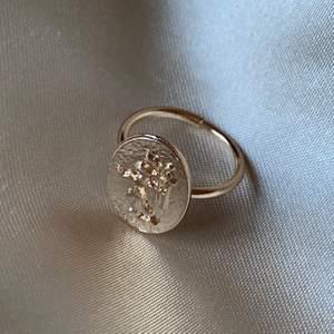 Cool ring, vet inte riktigt vad motivet föreställer. Ej justerbar. Frakt på 11 tillkommer🌟
