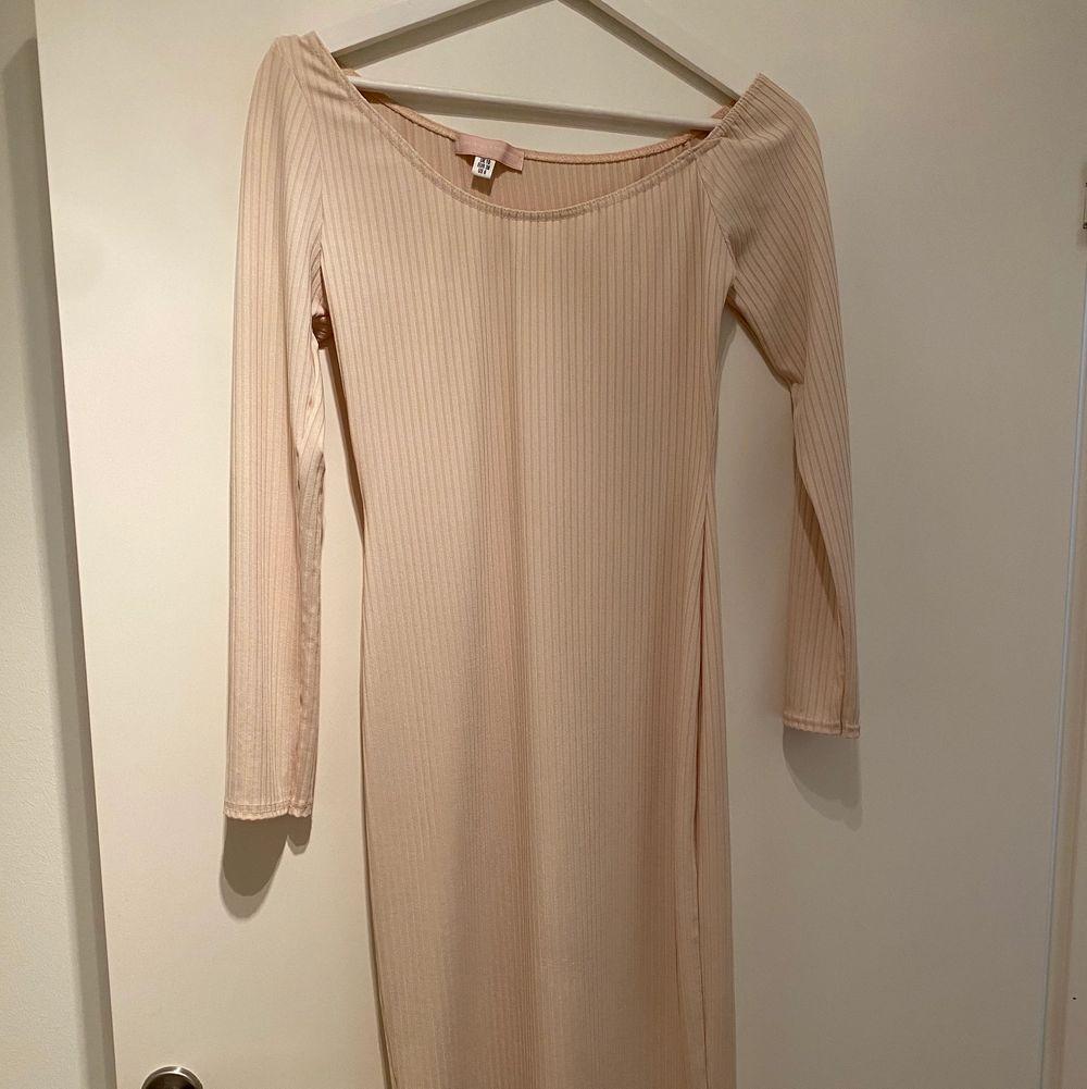Midi off shoulder dress från Missguided i nyskick. Exklusive frakt💕. Klänningar.