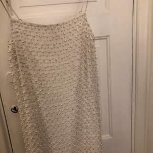 Superfin miniklänning som är vit med fina pärlor på. Inköpt på H&M förra vintern, endast använd en gång. Bra skick! Buda i kommentarerna.💕✨